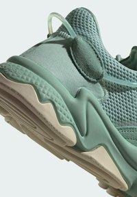 adidas Originals - OZWEEGO - Trainers - green - 5