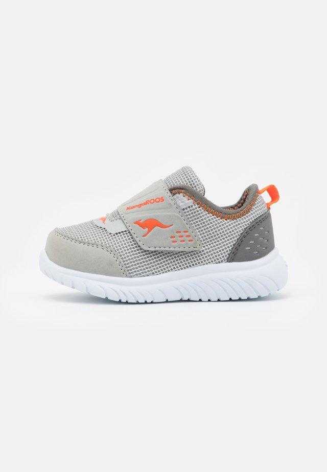 KI-DINKY  - Sneakers laag - steel grey/neon orange