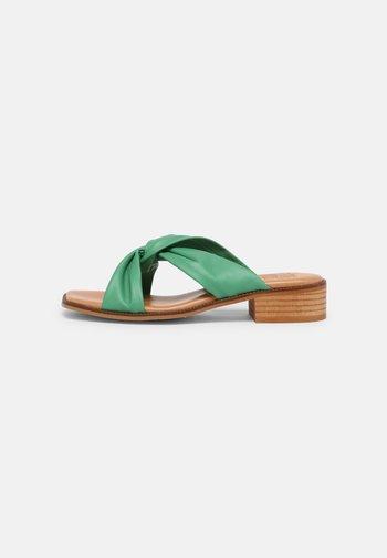 Sandalias planas - atenea verde