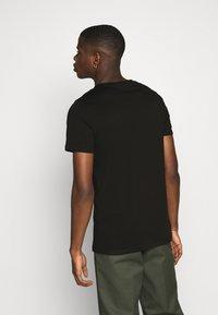 Jack & Jones - JJDEN TEE CREW NECK - Print T-shirt - black - 2