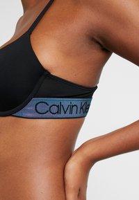 Calvin Klein Underwear - TONAL LOGO LIGHTLY LINED DEMI - T-skjorte-BH - black - 4
