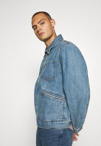 Levi's® - MECHANIC'S TRUCKER - Cowboyjakker - light blue denim - 3