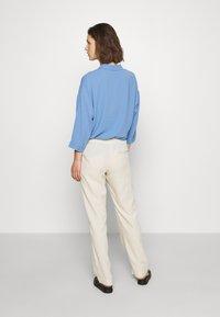 Samsøe Samsøe - HOYS STRAIGHT PANTS - Bukser - warm white - 2