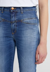 CLOSED - PEDAL PUSHER - Jeans Tapered Fit - mid blue - 5