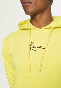 Karl Kani - SIGNATURE WASHED HOODIE UNISEX - Sweatshirt - light yellow - 3