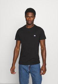 Tommy Hilfiger - MODERN ESSENTIALS PANELED TEE - T-shirt - bas - black - 0