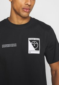 The North Face - STEEP TECH LOGO TEE UNISEX  - Print T-shirt - black - 5