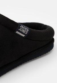 Jack & Jones - JFWJAFAR SLIPPER - Tofflor & inneskor - anthracite - 5