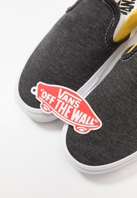 Vans - CLASSIC - Loaferit/pistokkaat - black/true white - 5