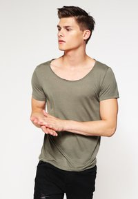 Topman - VNICE SLIM FIT - Basic T-shirt - khaki/olive - 0
