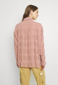 Missguided - SHEER CRINKLE EXTREME OVERSIZED SHIRT - Button-down blouse - blush - 2