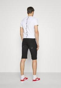 INDICODE JEANS - COMMERCIAL KEN HOLES - Denim shorts - black - 2