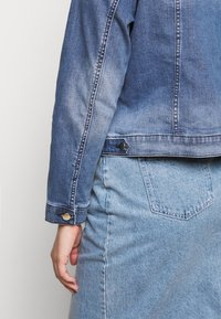 Forever New Curve - ANNIE CURVE JACKET - Denim jacket - classic wash - 5