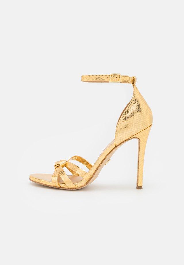 BRINKLEY ANKLE STRAP - Sandales - gold