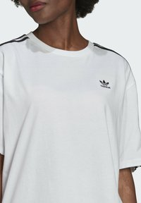 adidas Originals - OVERSIZED ADICOLOR RELAXED - Print T-shirt - white - 4