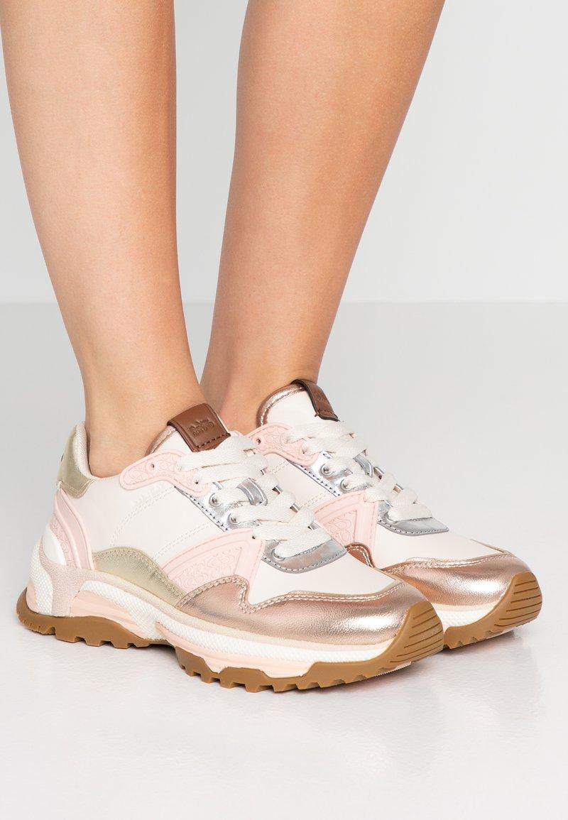 Coach - RUNNER METALLIC  - Sneaker low - rose gold/chalk
