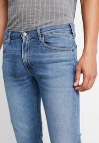 Lee - TRENTON - Bootcut jeans - blue denim - 4