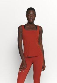 Nike Performance - THE YOGA LUXE TANK - Topper - rugged orange/light sienna - 0