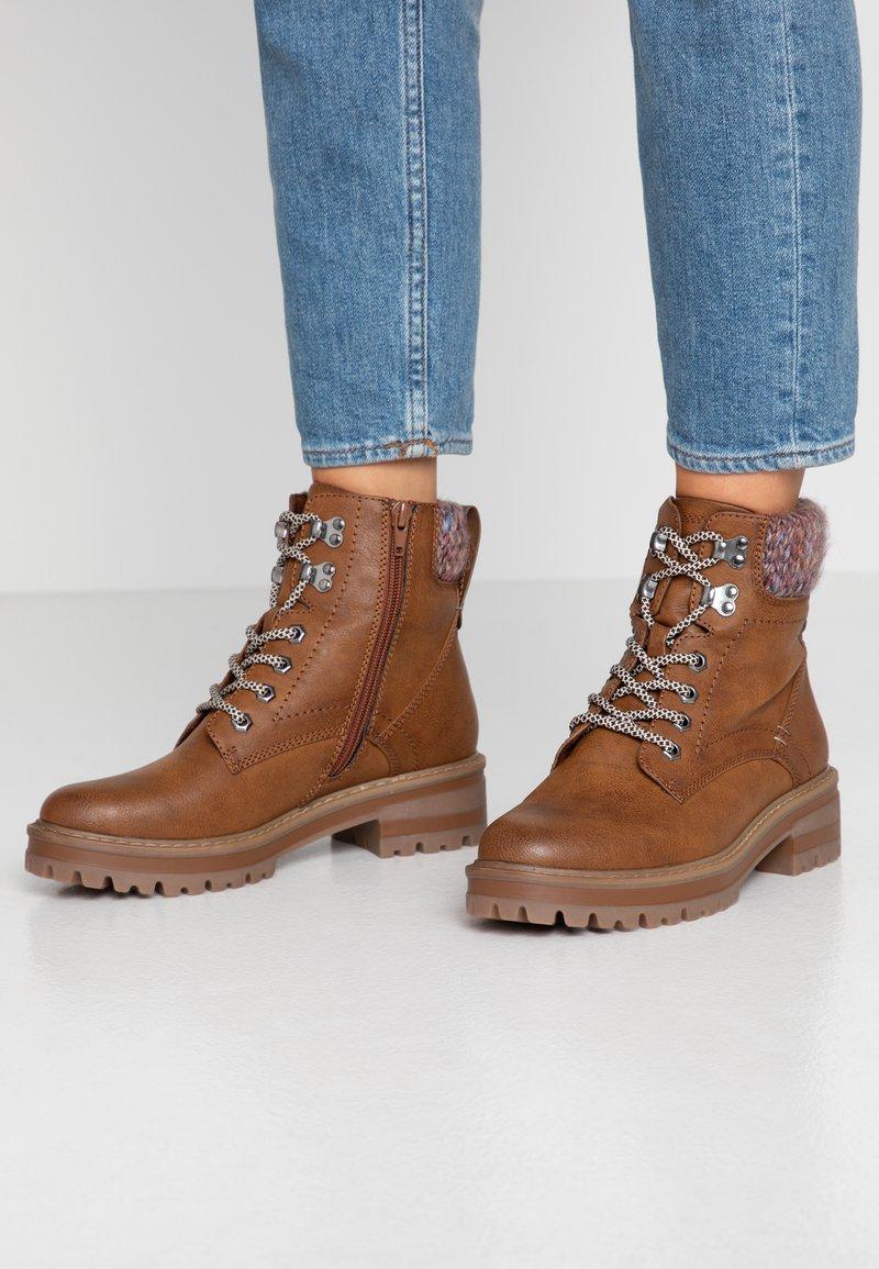 Anna Field - Kotníkové boty na platformě - cognac