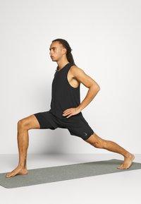 Nike Performance - ACTIVE YOGA - Korte sportsbukser - black/gray - 1