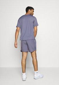 Nike Performance - M NK RUN DVN CHLLGR FL 7IN BF - Pantalón corto de deporte - world indigo/white - 2