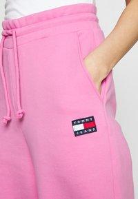 Tommy Jeans - RELAXED BADGE - Pantalon de survêtement - pink daisy - 4