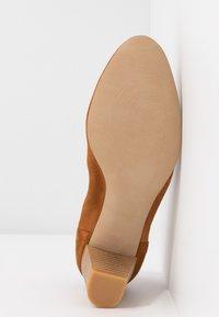 PERLATO - Classic heels - camel - 6