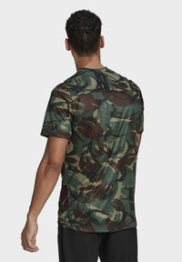 adidas Performance - CAMOUFLAGE GT1 DESIGNED2MOVE PRIMEGREEN WORKOUT GRAPHIC T-SHIRT - T-shirt med print - green - 1