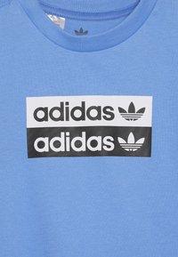 adidas Originals - V-OCAL TEE - Printtipaita - real blue - 3