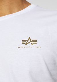 Alpha Industries - FOIL EXCLUSIVE - Print T-shirt - white/yellow gold - 5