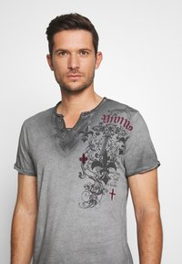 Key Largo - KNIGHT BUTTON - T-shirt con stampa - silver - 4