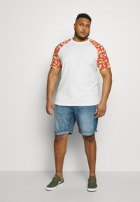 TOM TAILOR MEN PLUS - JEANSHOSEN JOSH REGULAR SLIM DENIM SHORTS - Denim shorts - light stone wash denim - 1