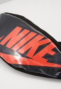Nike Sportswear - HERITAGE - Bum bag - black/laser crimson - 6