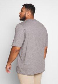 Calvin Klein - STRIPE LOGO  - T-shirt con stampa - grey - 2