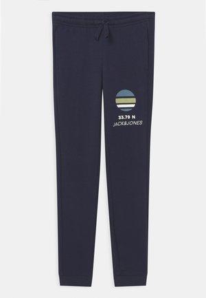 JJIPOWERTRACK PANTS JR - Spodnie treningowe - navy blazer