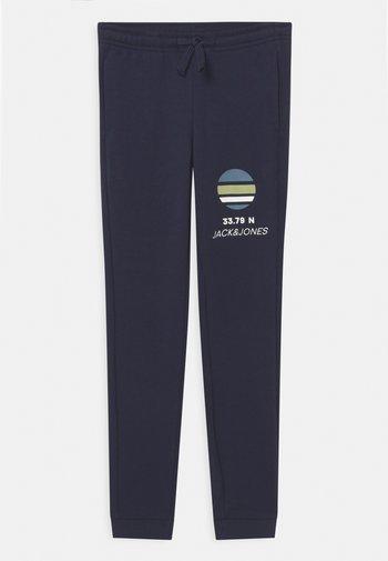 JJIPOWERTRACK PANTS JR - Pantaloni sportivi - navy blazer