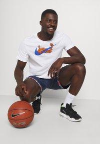 Nike Performance - DRY DNA SHORT - Sportovní kraťasy - college navy/team orange/white - 3