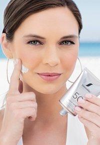 Skinvisibles - AQUA SENSE FLUID SPF50 - Sun protection - - - 2