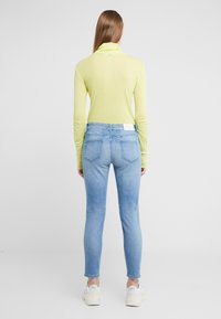 CLOSED - BAKER MID WAIST CROPPED LENGTH - Slim fit jeans - mid blue - 2