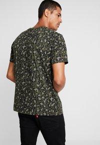 Levi's® - GRAPHIC NECK 2 - Print T-shirt - boxtab camo - 2