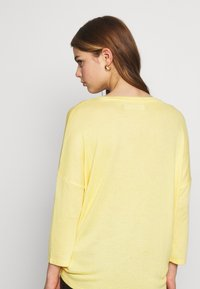 Vero Moda - VMBRIANNA  - Sweter - banana cream melange - 2
