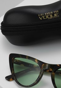 VOGUE Eyewear - GIGI HADID - Solbriller - brown - 2