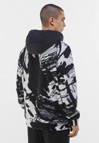 Bershka - MIT KAPUZE UND POLAR-PRINT - Bluza z kapturem - dark grey - 2