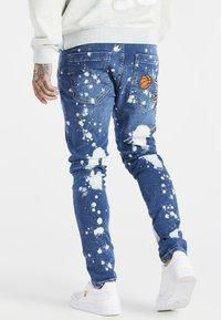 SIKSILK - SPACE JAM SLAM DUNK APPLIQUE - Jeans Skinny Fit - midstone - 2