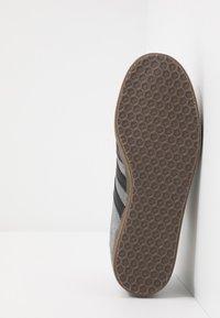 adidas Originals - GAZELLE - Sneakers basse - grey four/core black - 4