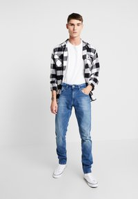 Tommy Jeans - SLIM TAPERED STEVE BEMB - Jeansy Slim Fit - berry mid blue - 1