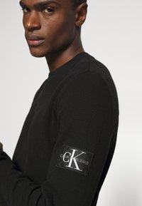 Calvin Klein Jeans - MONOGRAM BADGE WAFFLE - Jumper - black - 4