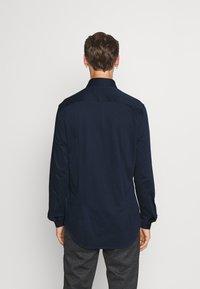 Tommy Hilfiger Tailored - SOLID SLIM SHIRT - Formal shirt - navy iris/white - 2