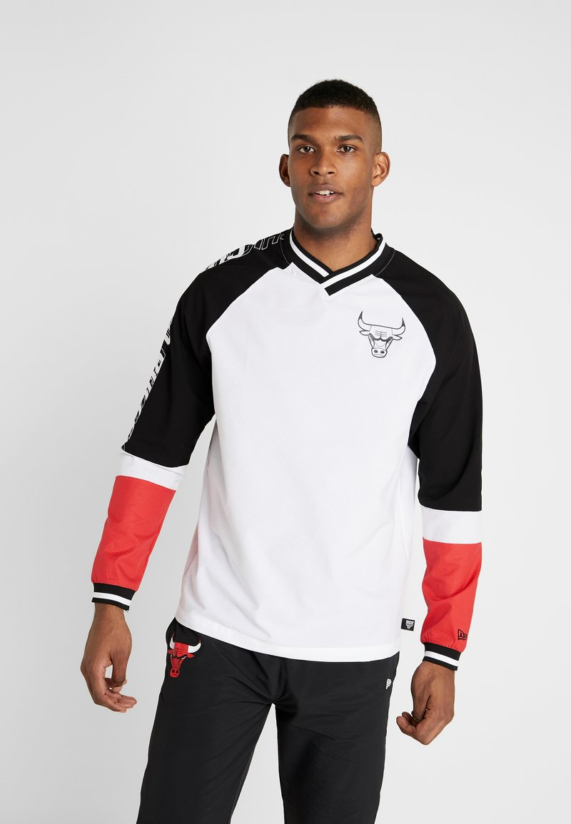New Era - NBA COLOUR BLOCK LONG SLEEVE TEE CHICAGO BULLS - Artykuły klubowe - optic white/black/front door red