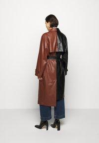 DESIGNERS REMIX - TALIA - Trenchcoat - black/brown - 2